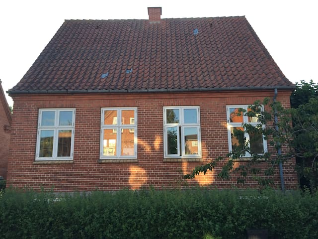 Centralt hus med fin have
