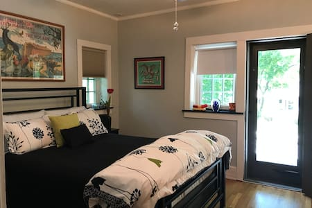Cozy queen bed and private bath near Northwestern