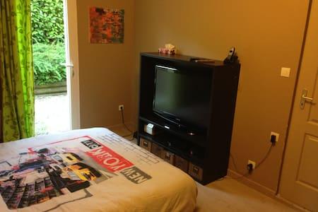 Chambre dans maison-salle de douche et tv privée-