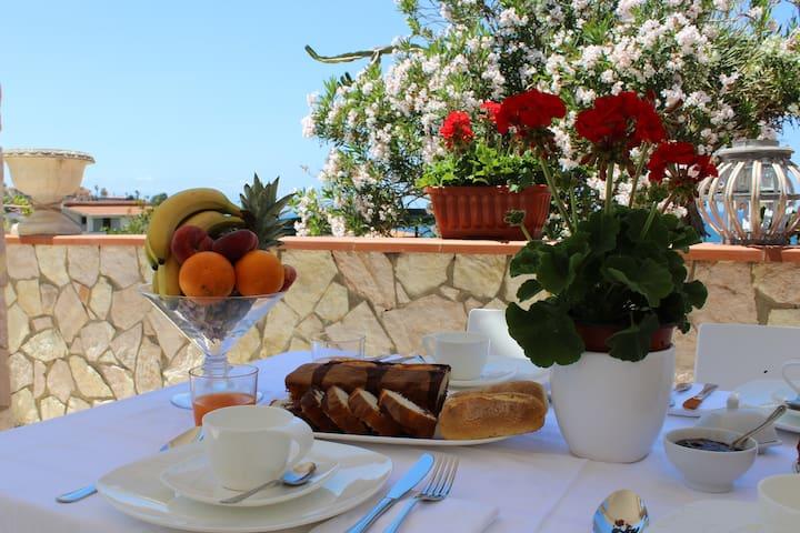 Colazione in veranda (2) - Breakfast on the veranda (2)