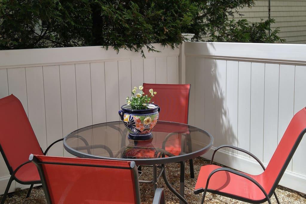 outdoor eating in backyard