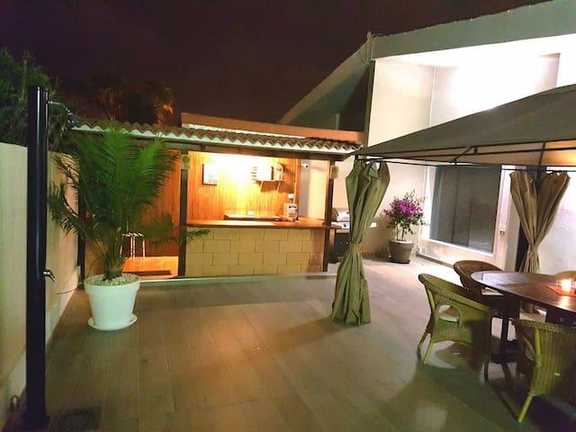 Außenbereich mit Bar und Tisch
