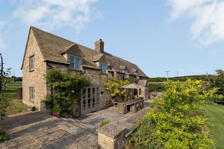 Cotswold Cottage with Stunning views near Burford