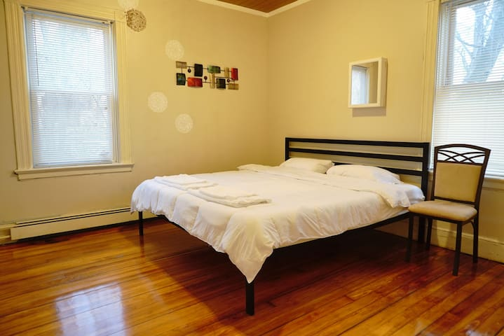Quiet Stay(King Bed, 1 Guest) with Free Parking