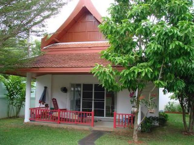 Thai house, 60 m2, 2 to 3 pers, feet in water.