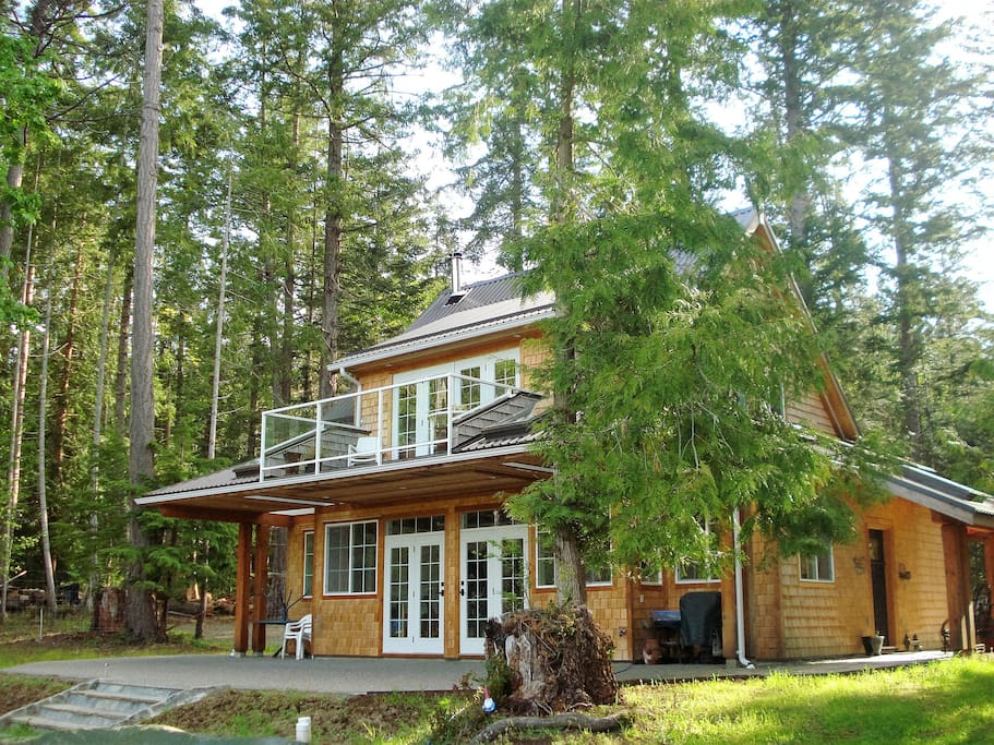 Timmerhouse - private, self-contained house, large patio & upper balcony