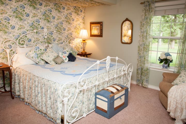 The Golden Suite @ Fall Farm Country Inn