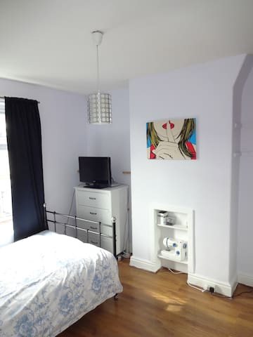 Double bedroom avail. for 2 people with wardrobes - Manchester - Dům