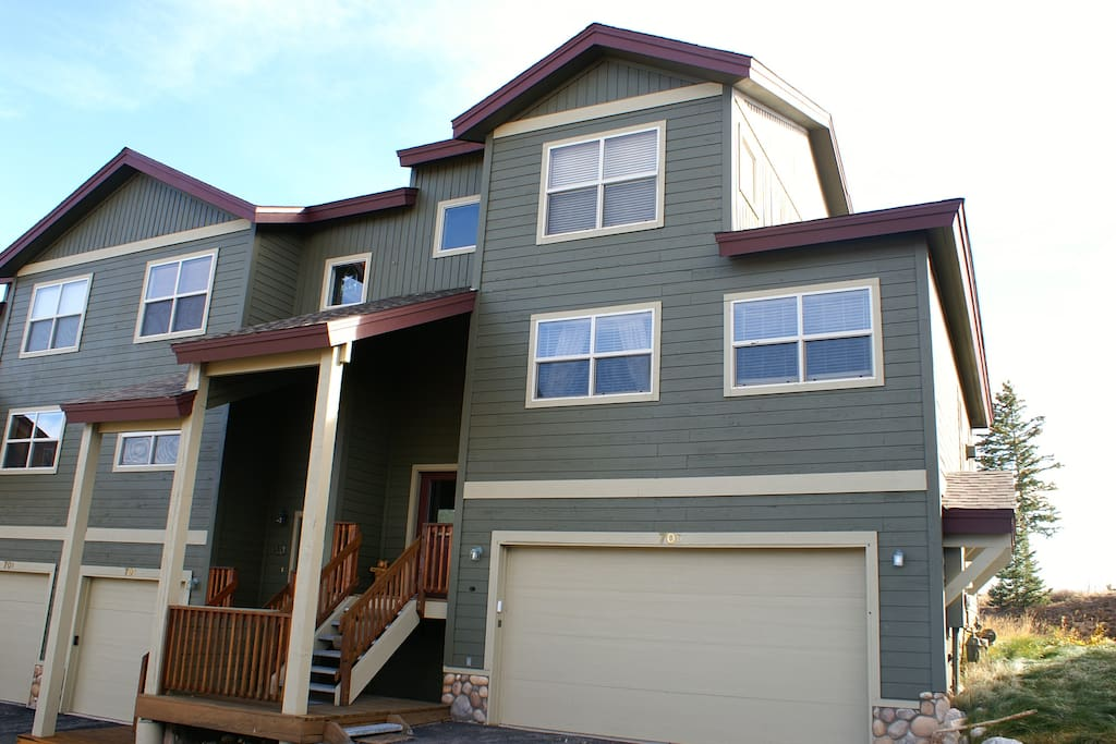 End unit townhome with 2 car, heated garage
