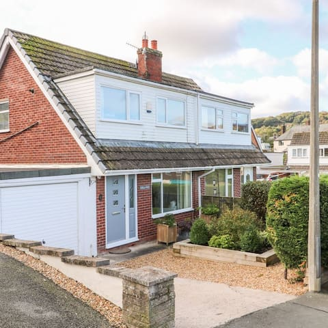 BRYN SEIRI, cosy, pet friendly house with parking
