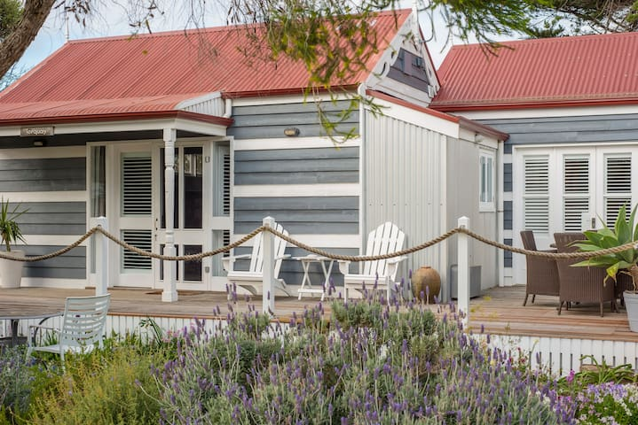 Beach Huts Middleton-Torquay 2 bdrm, spa & kitchen