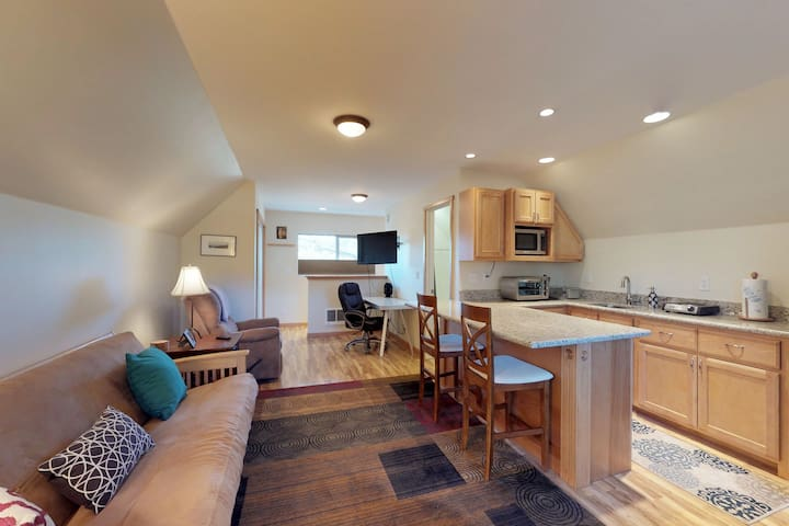 Cozy studio close to skiing, hiking, biking & beautiful Lake Tahoe