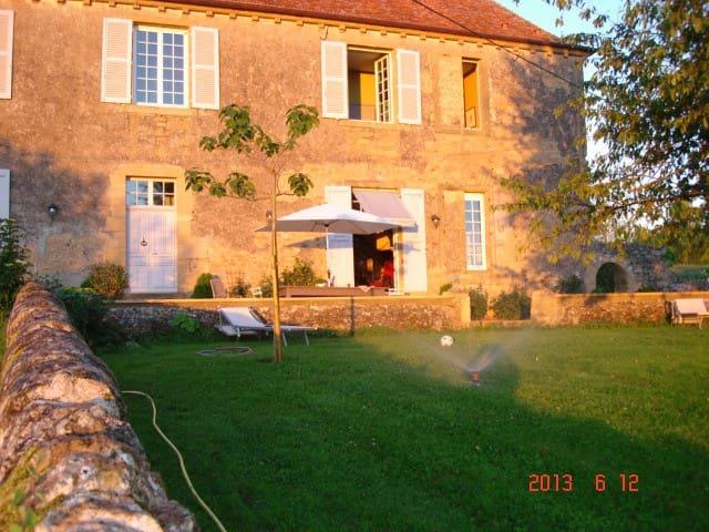 1 chambre privée dans une belle demeure - Saint-Julien-de-Civry - Bed & Breakfast