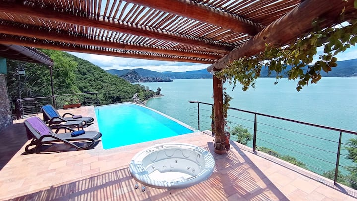 Casa con Magnífica Vista al Lago Alberca y Jacuzzi
