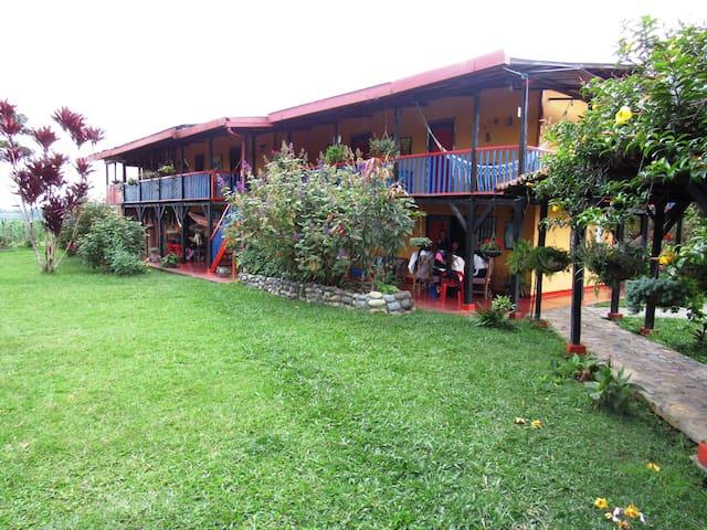 Hotel campestre con el mejor jardin y mirador.