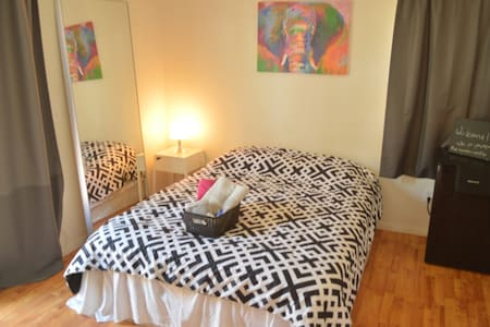 PRIVATE MASTER BEDROOM 10 MINUTES FROM THE BEACH