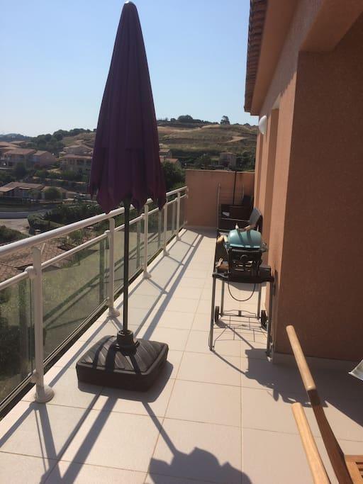 partie de la terrasse avec barbecue