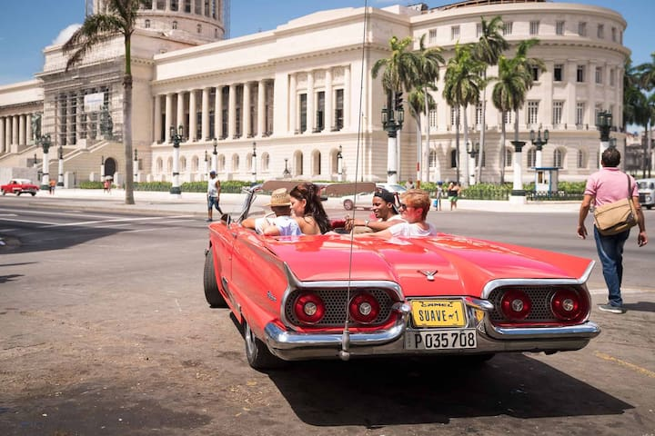 Havana City Tour in a Classic Convertible