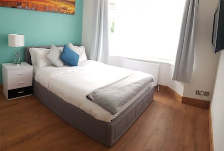 Spacious Airy room + Parking