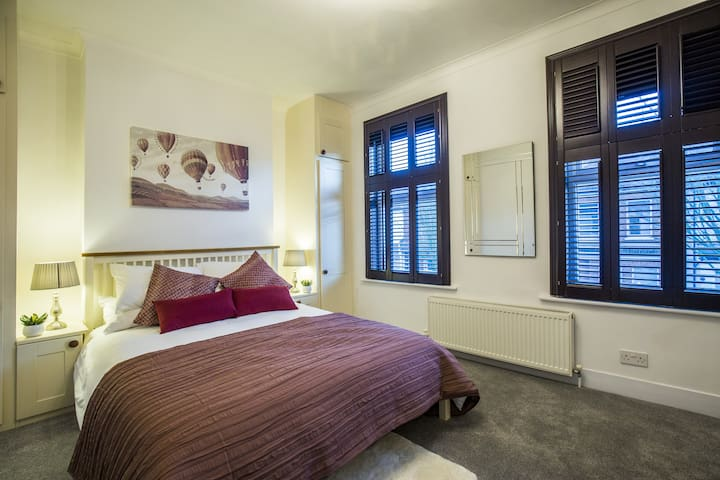 Spacious 4 Bed House On River Thames London
