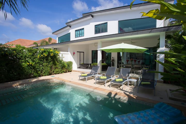 Modern... 2 villas, 4 beds, 2 pools, 2 kitchens...
