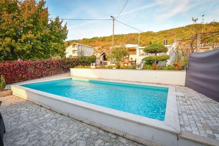 Maison de vacances pittoresque à Sinj avec piscine privée
