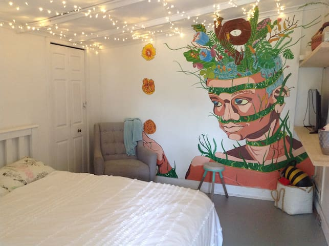 Funky room in near coffee In Hamilton