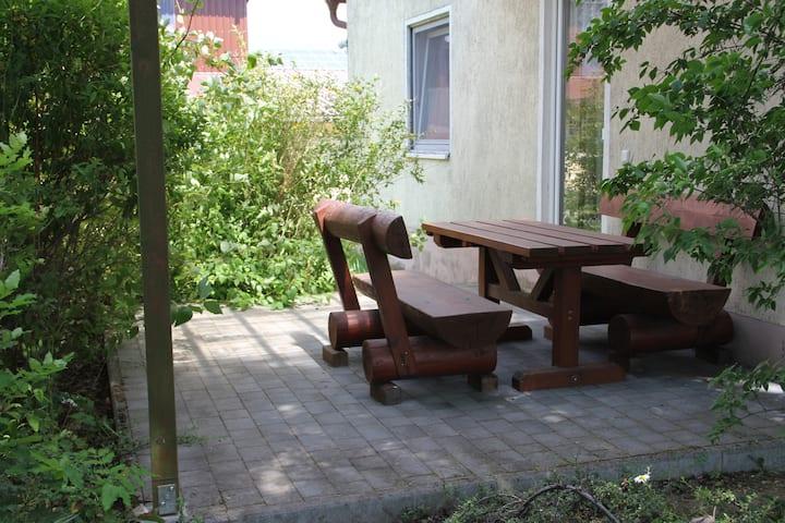 Ferienhof Pöhlmann (Wunsiedel), Ferienwohnung (48qm) mit Terrasse und Küchenzeile