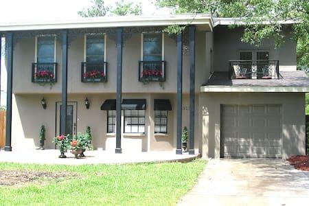 Fleur De Lis - 3+ BR New Orleans style Pool Home