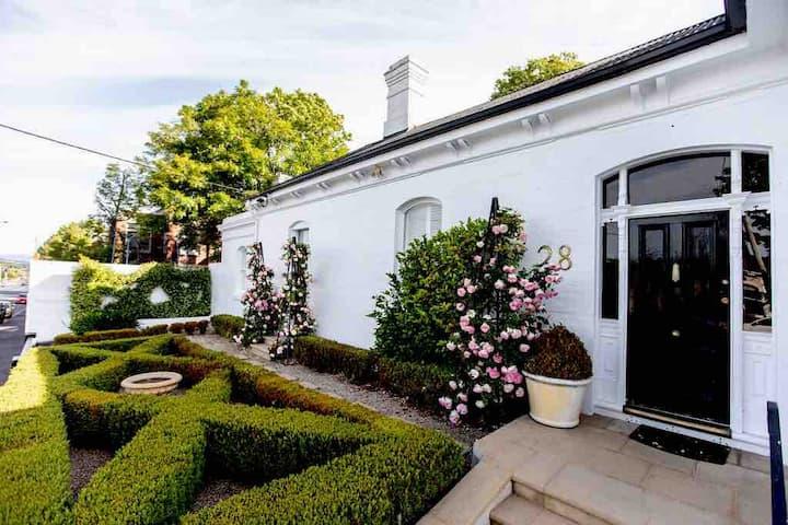 Elegant, Spacious Launceston Home close to CBD