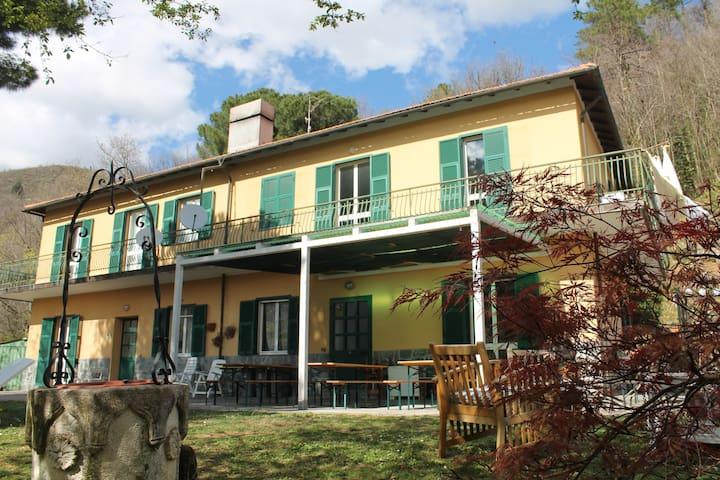 Tavoli Da Giardino Carrefour.Airbnb Alpicella Vacation Rentals Places To Stay Liguria