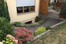 Apartment ist im Untergeschoss. Apartment is located in the basement