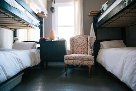 Shared Room in Historic B&B - Sami's Poster Room - - San Francisco - Bed & Breakfast