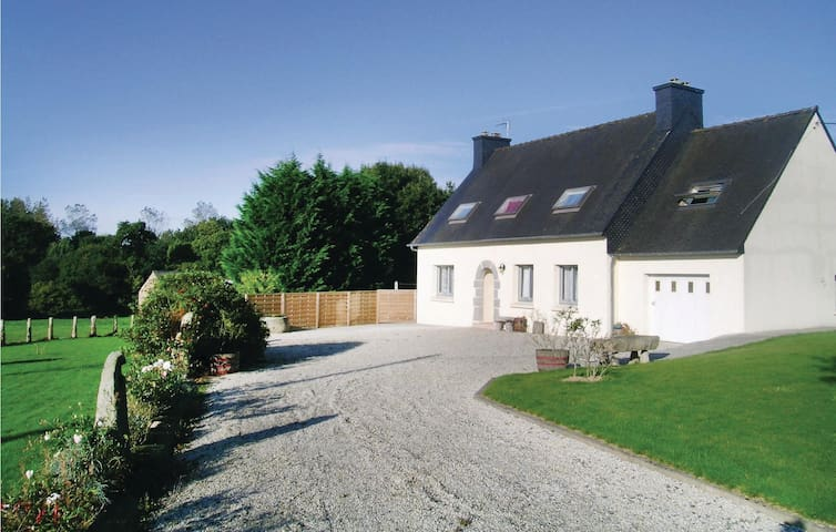 Holiday cottage with 4 bedrooms on 140 m² in Ploumilliau