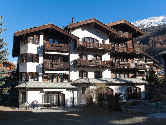 Comfortable apartment with Matterhorn view & yard - Zermatt - บ้าน