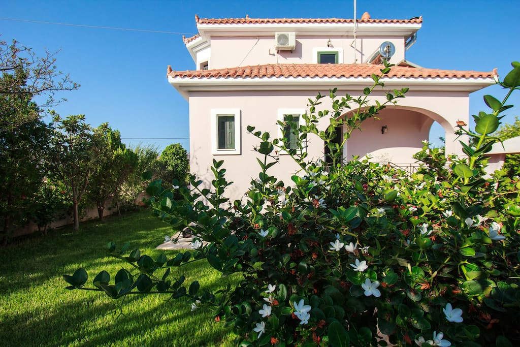 A magnificent traditional villa, beautifully designed and decorated with large gardens and outdoor facilities for relaxing family holidays. Near the famous beaches of Akrotiri peninsula in Chania