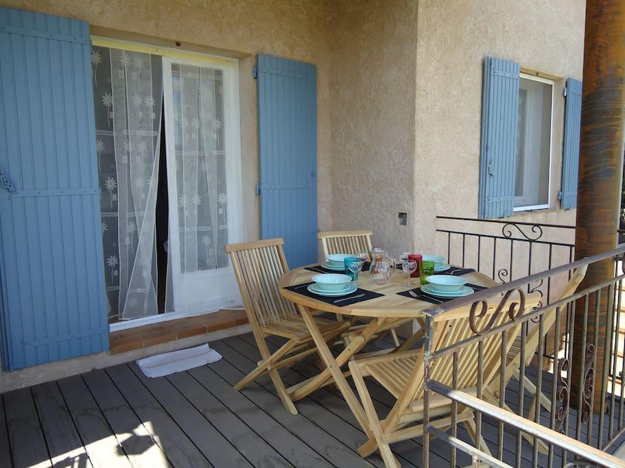 Belle terrasse spacieuse avec la table pour 4 personnes.