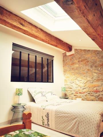 chambre 4: un lit simple 90x190, couette 180x220 - commode - bureau - lit double 140x190, couette 220x240. vue sur le salon depuis la verrière - possibilité d'isolation grâce au store. linge de lit et/ou linge de toilette sur options.