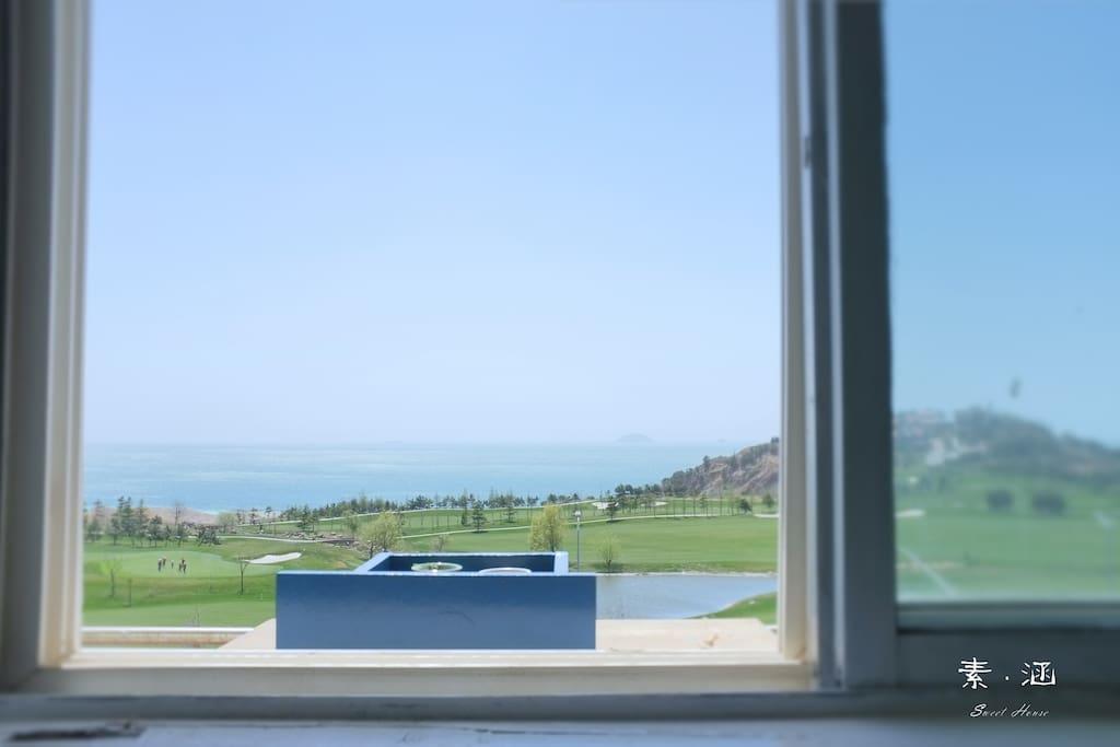 主卧窗外,前方高尔夫球场,看海无遮挡,还可以无死角的看日出噢