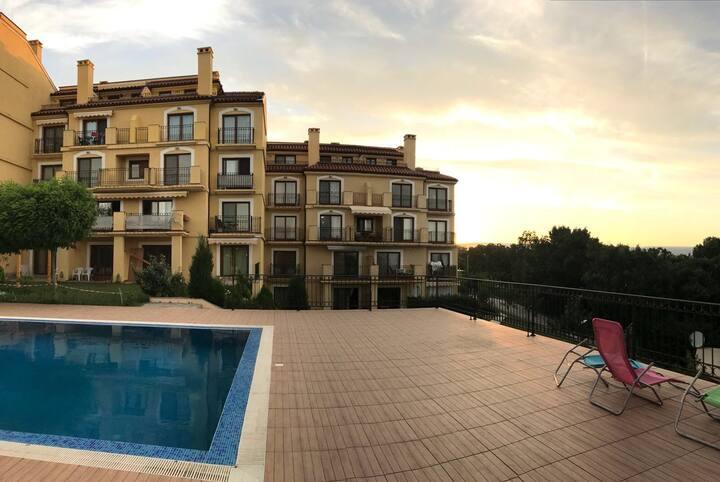 Уютная двухкомнатная квартира с бассейном