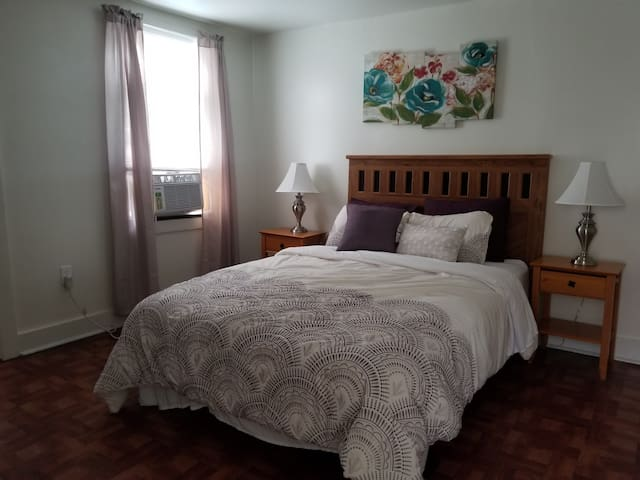 Queen size middle bedroom