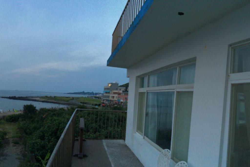290度視野三面臨空的落地窗及陽台