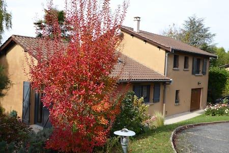 Villa ensoleillée au calme dans le  val de Saône . - Reyrieux