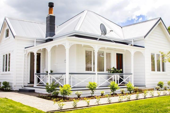 White Cottage in the heart of Matakana Village