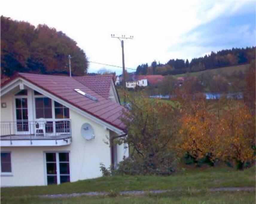 Dachgeschosswohnung, Hintergrund: Blick auf den Schleinsee