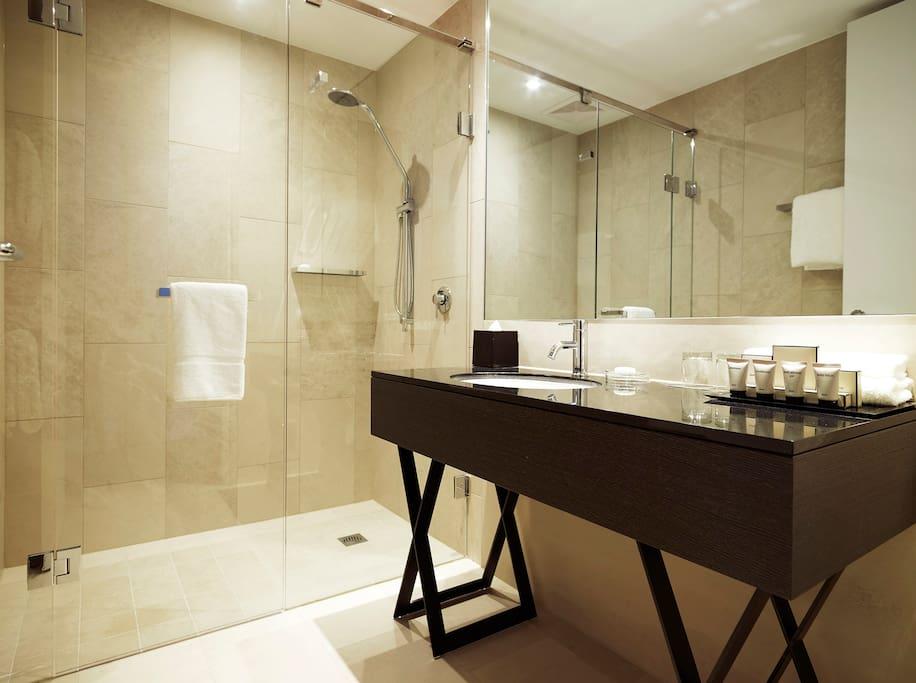 Luxury One Bedroom Studio Bathroom
