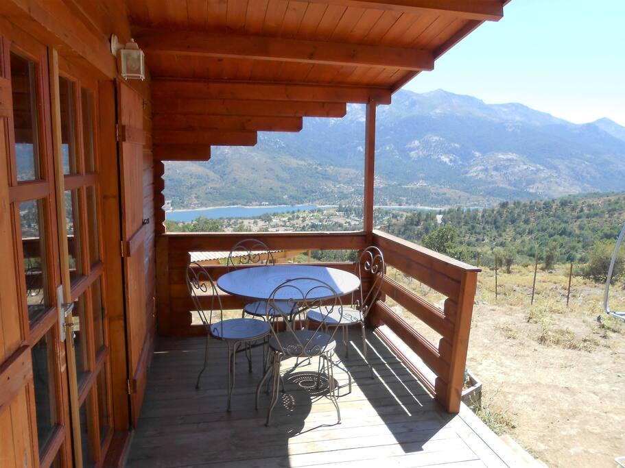 petit déjeuner sur la terrasse face au lac