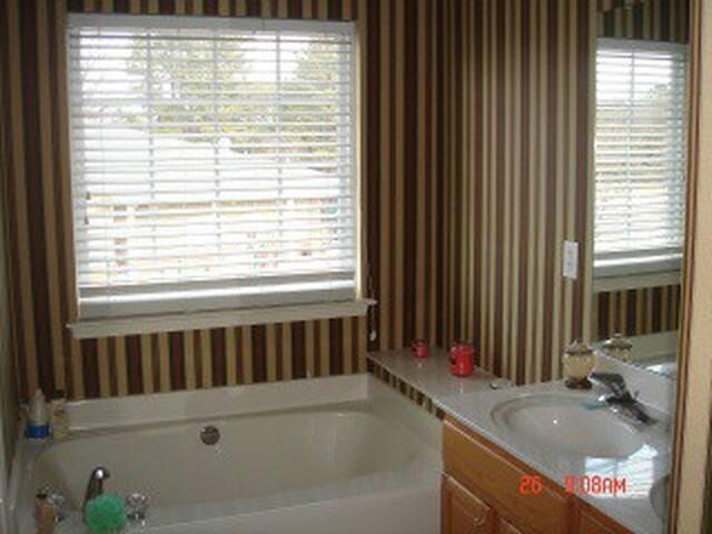Master Bedroom-Private Garden tub+Shower&3 Toilets