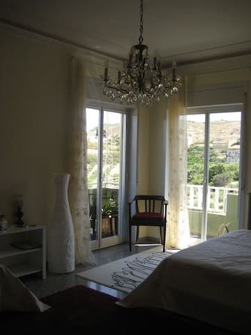 Gästezimmer 1 mit Balkon mit 1 Doppelbett und 1 Einzelbett