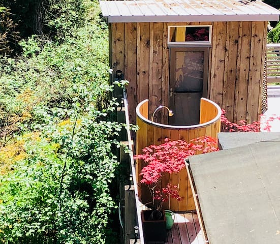 Treehouse Cottage outdoor shower (your own private shower )